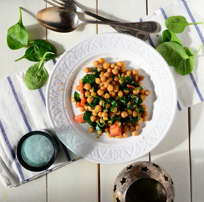 veganer Kichererbsensalat mit Babyspinat und Tomaten