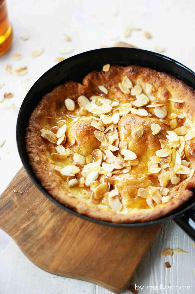 Dutch Baby: Fluffiger Ofenpfannkuchen mit Mandeln und Honig