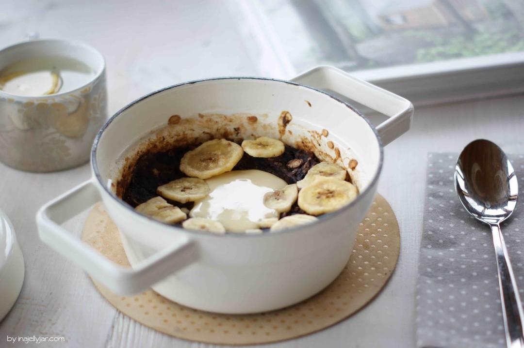Gebackenes Porridge mit Heidelbeeren und Mandelmus