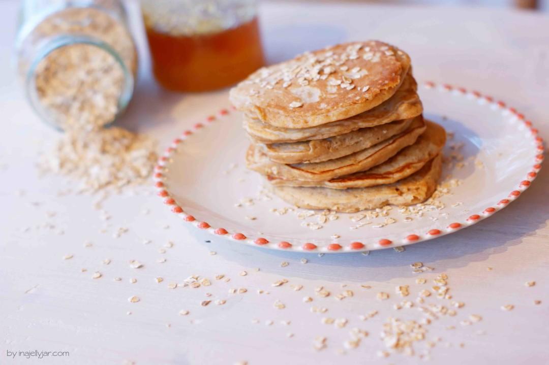 fluffige Haferflockenpancakes mit Honig