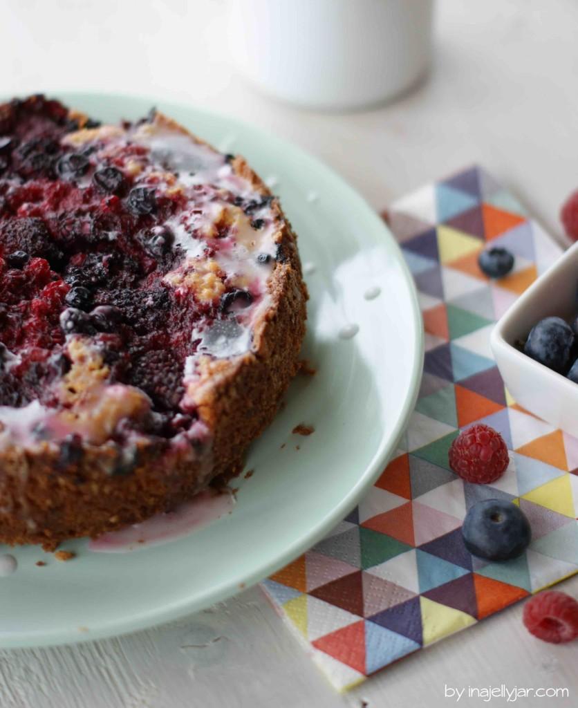Saftiger Kuchen mit Himbeerlimonade und Waldbeeren