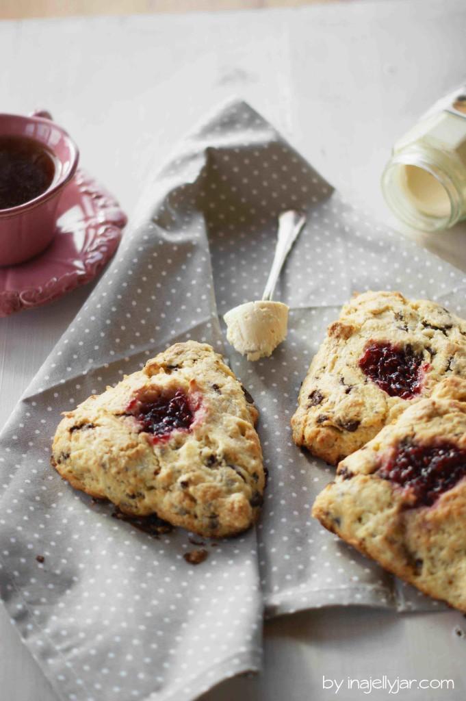 Marzipan-Scones mit Schoko und Marmelade