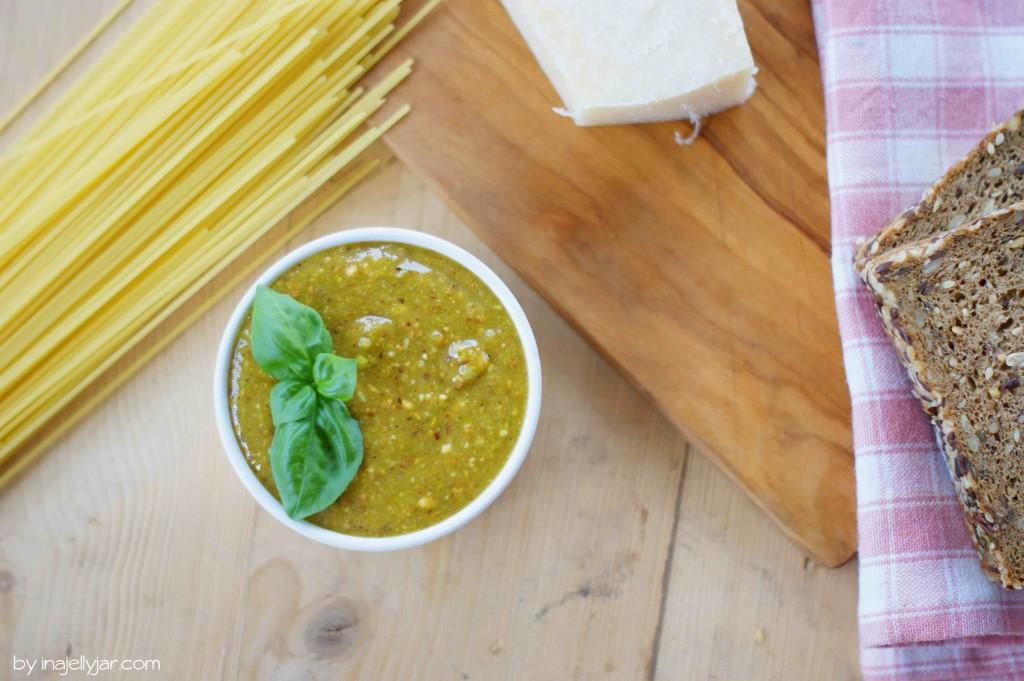 Frisches Pistazienpesto mit Parmesan und Nüssen