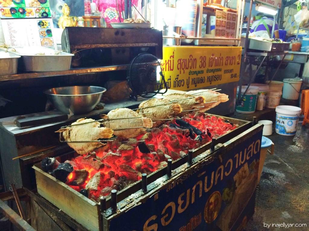 Foodstreet in Bangkok, Thailand: Frisch über Kohlegrill
