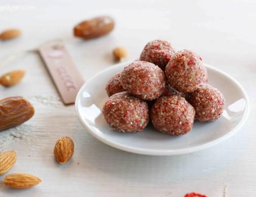 vegane Erdbeer Bliss Balls mit Cashews und getrockneten Erdbeeren