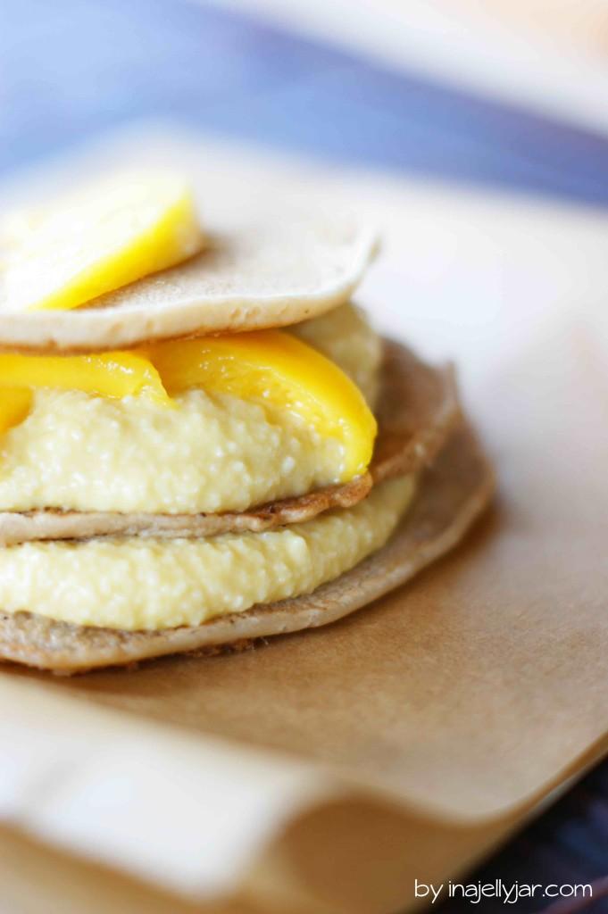 Vegane Pancakes mit Mango-Mandelcreme