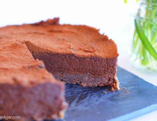 Vegane Pralinetorte mit Kakao und gerösteten Haselnüssen