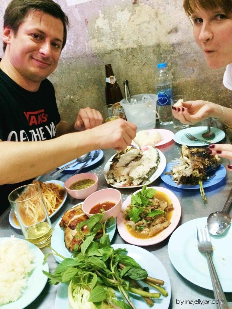 Big Feast mit Fisch an einer Foodstreet am Victory Monument in Bangkok, Thailand