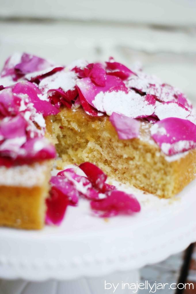Mandel-Rosenblütentorte mit Weißwein