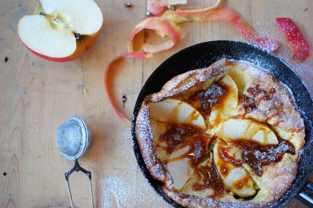 Dutch Baby (Ofenpfannkuchen) mit Äpfeln und Karamellsirup