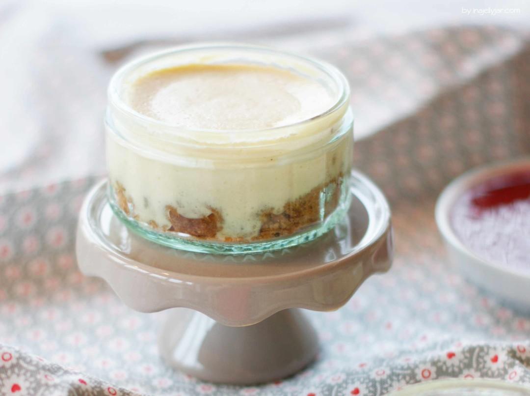 Kleine Chai-Cheesecakes im Glas mit Himbeersauce