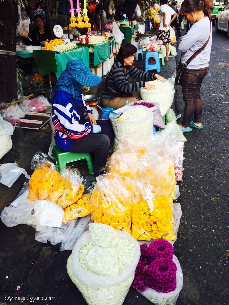 Frauen knüpfen Blumen-Girlanden in Chinatown - Bangkok - Thailand