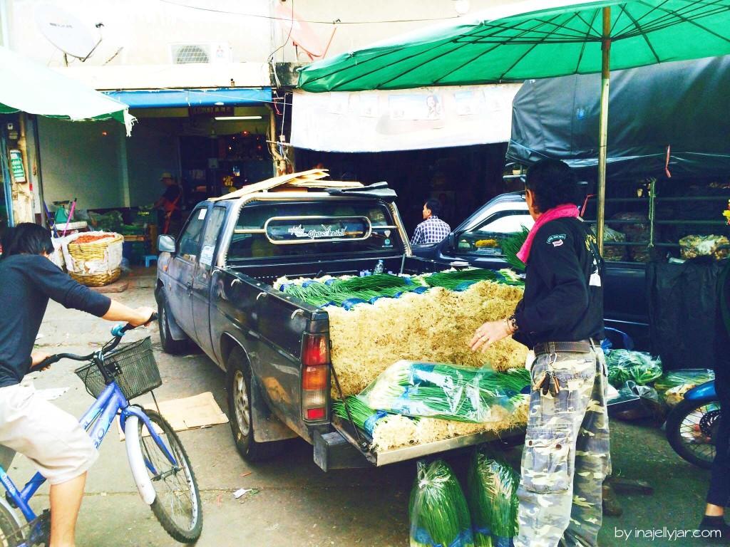 Chinatown in Bangkok: eine Wagenladung Jungzwiebel
