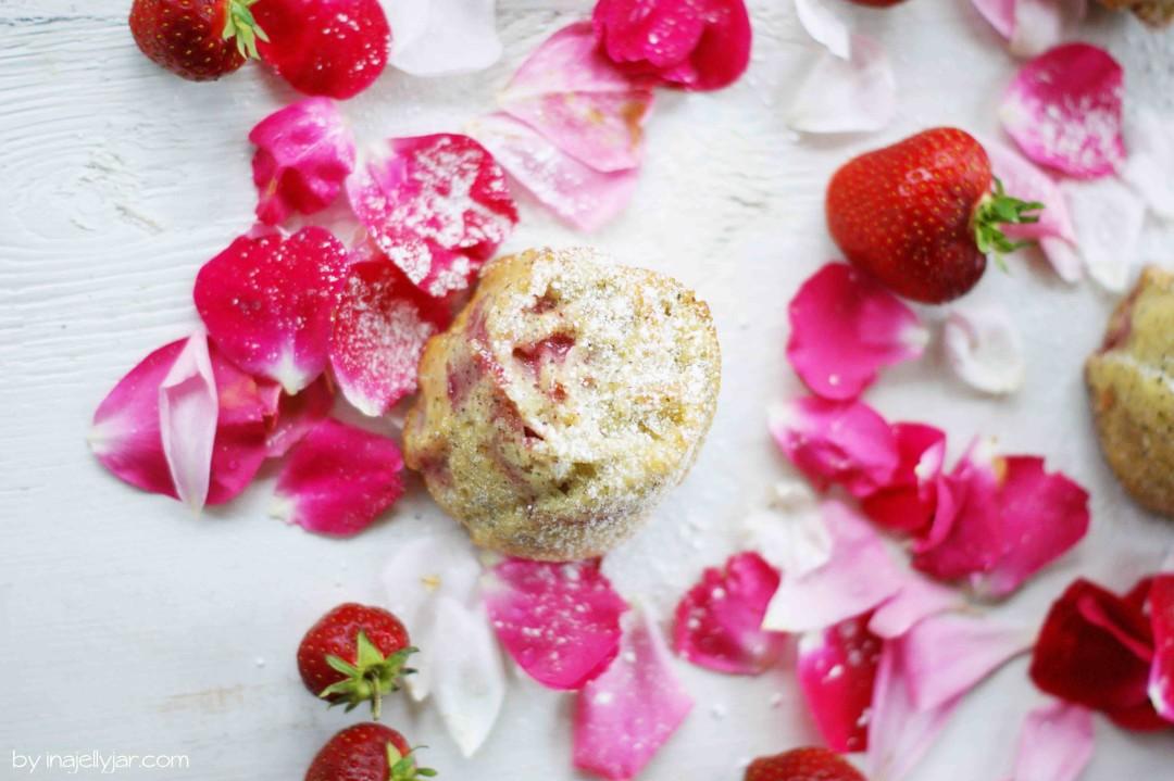 schnelle Erdbeer-Mohn-Törtchen aus der Rosenform