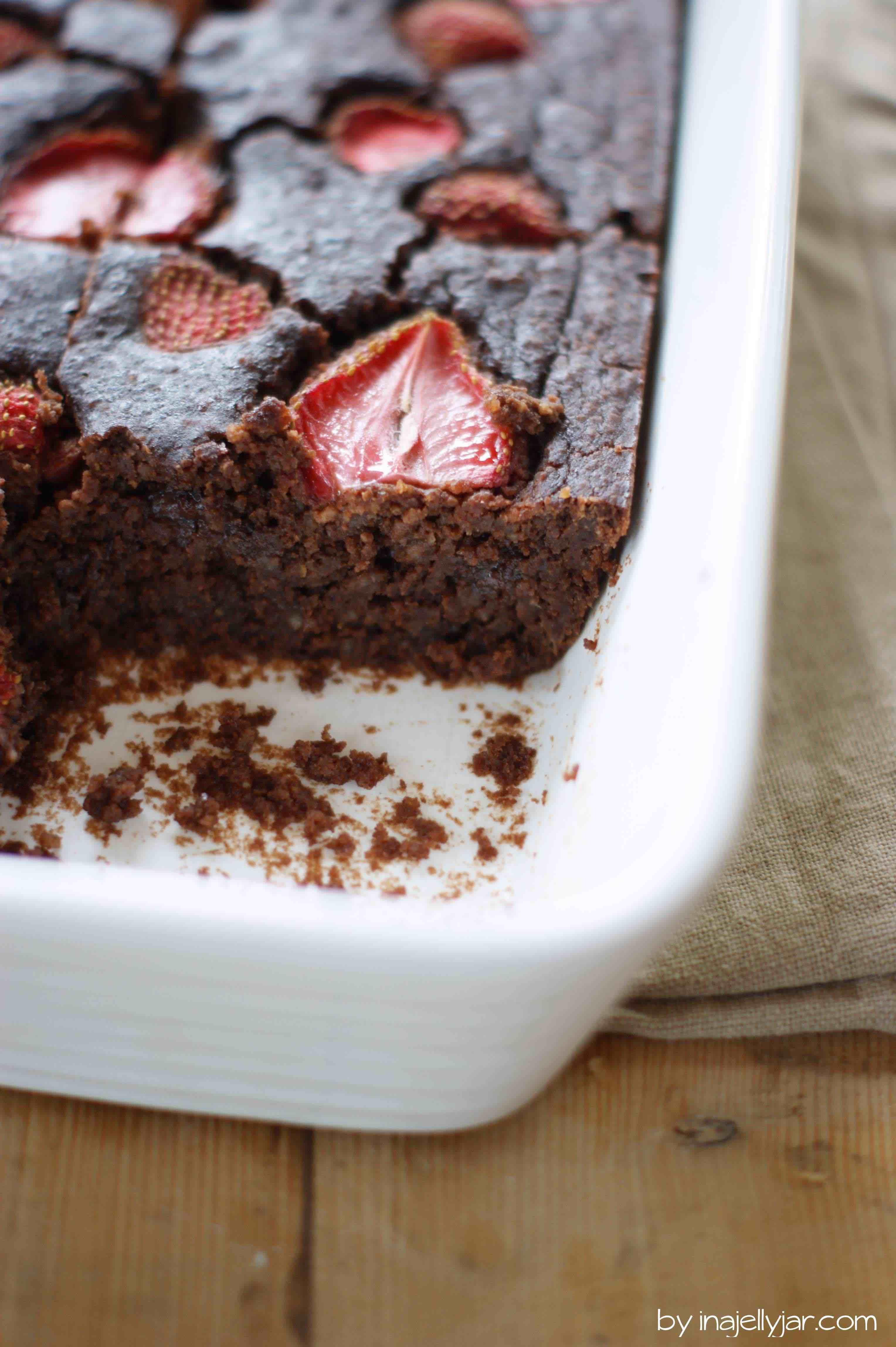 Glutenfreie Kichererbsen-Brownies mit Erdbeeren