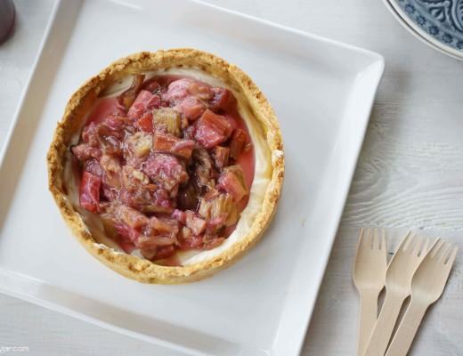 cremig-leichtes Rhabarber-Jogurtmousse-Törtchen mit Lupinenmehl-Boden