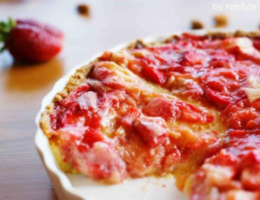 Rhabarber-Frangipane Tarte mit Erdbeeren und Mandelcreme auf Knusperboden