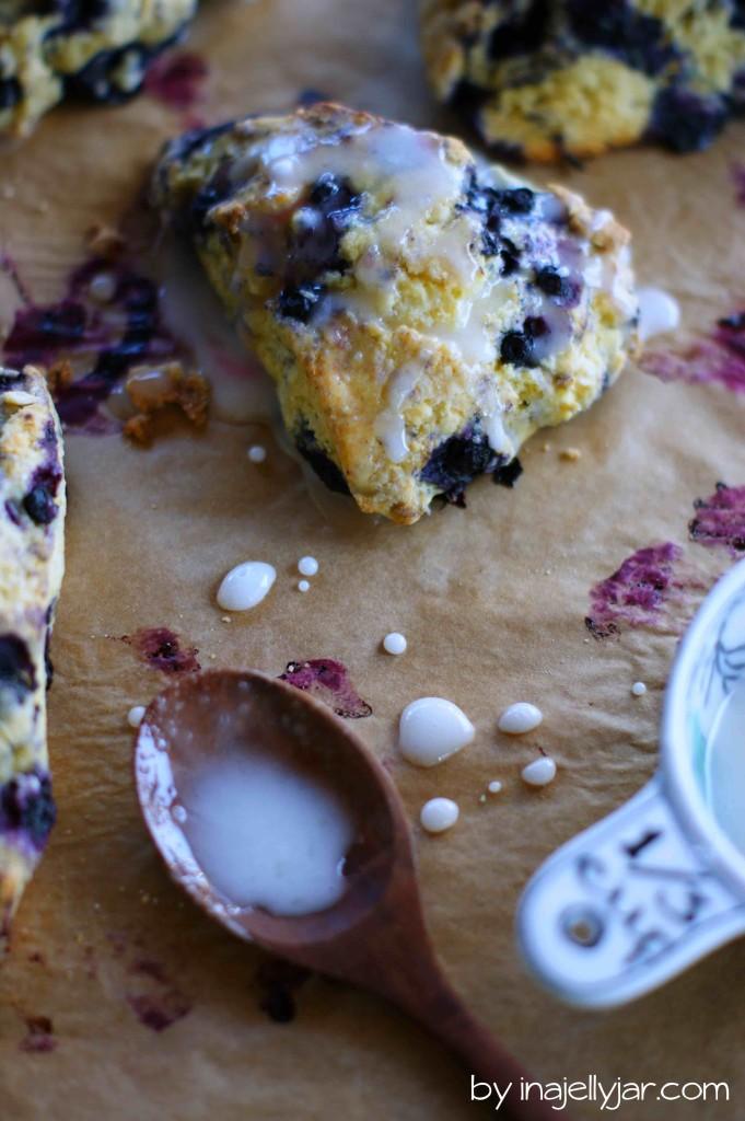 Diese Heidelbeer-Scones mit Maismehl sind so schnell gemacht und mit Buttermilch und Zitronenglasur der perfekte Begleiter zum Tee.