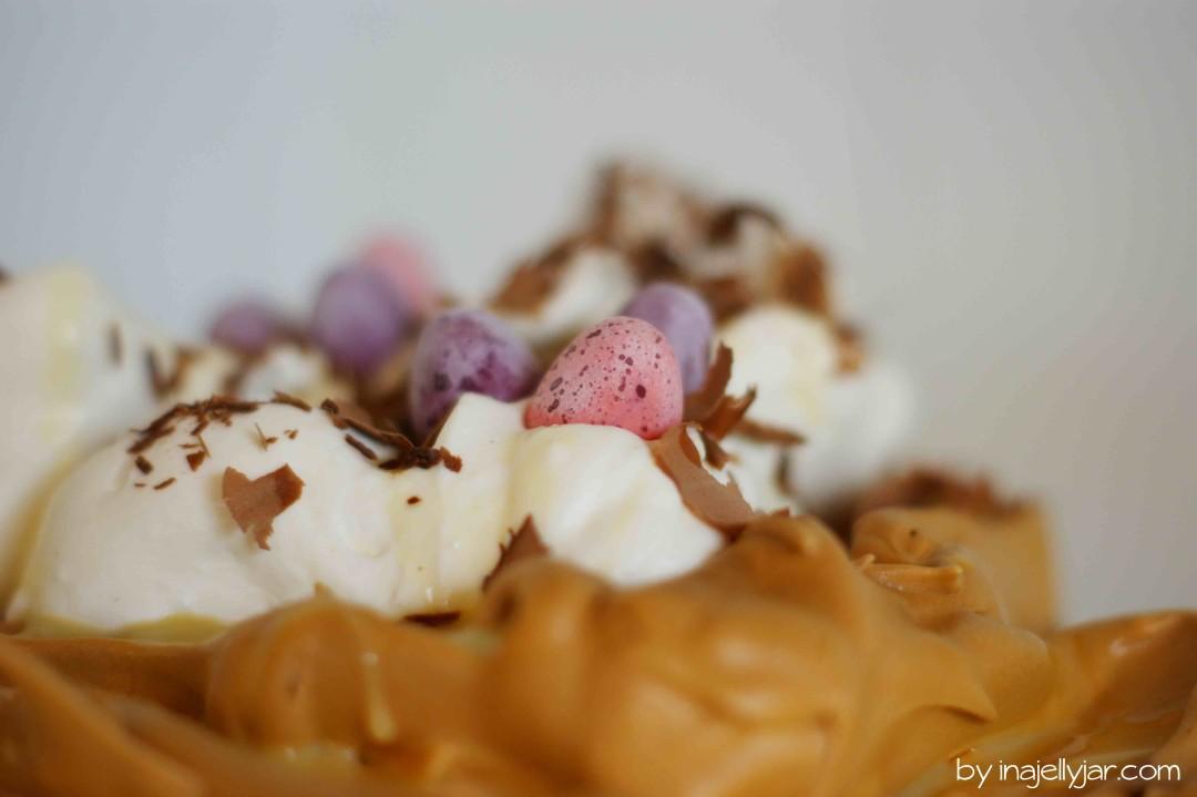luftig leichte Karamellpavloval mit Eierlikörsahne und Schokosplitter