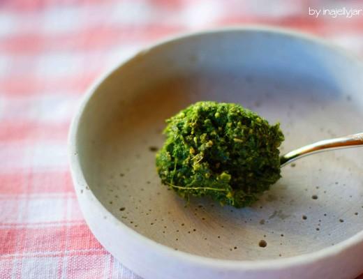selbstgemachtes Karottengrünpesto mit Olivenöl und gerösteten Pinienkernen