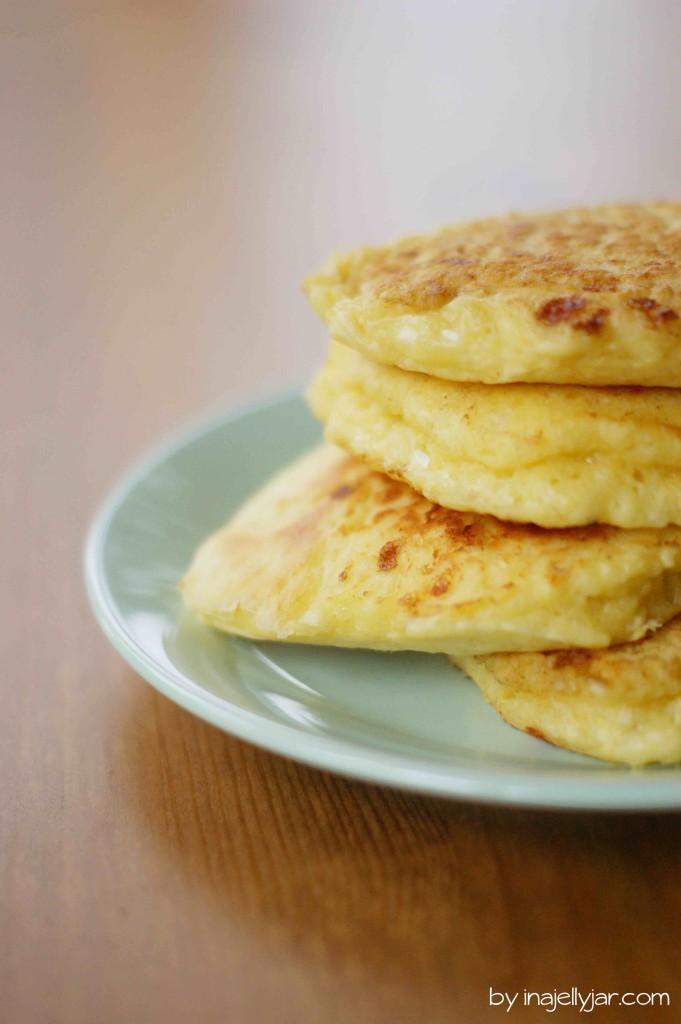 Kokos-Pancakes mit Cottage Cheese und Zwetschgen-Zitronengas-Kompott