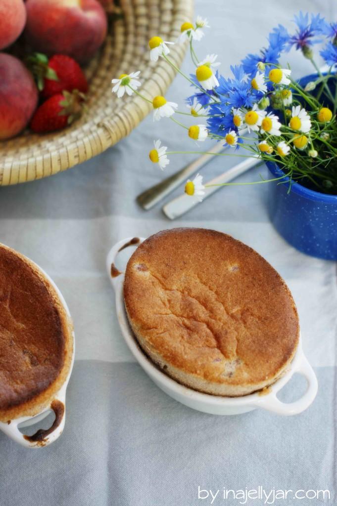 sommerliches Erdbeer-Pfirsichsouffle, Erdbeeren, Pfirsiche, Aprikosen, Sommerküche, Dessert, warmes Dessert