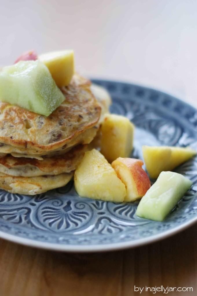 Zucchinipancakes mit Leinsamen und Obstsalat