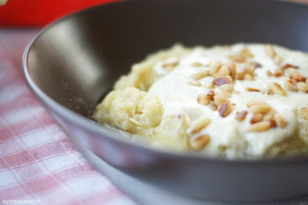Zucchini Baba-Ganoush mit Roquefort und Pinienkernen