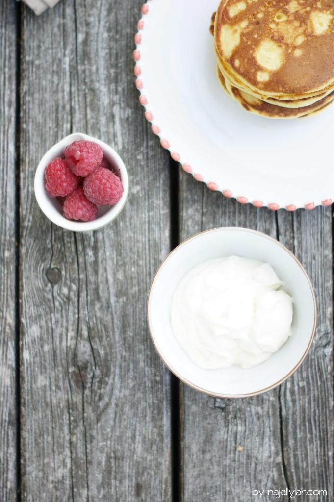 Orangenblüten-Pancakes mit Himbeerkompott ud Frischkäsecreme