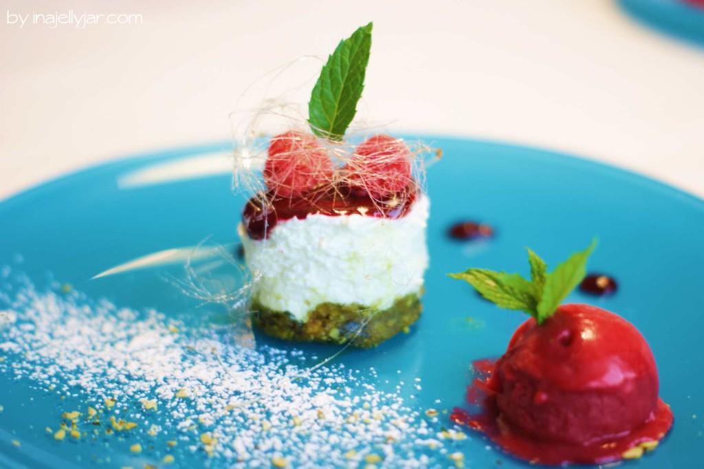 Dessert: leichte Panna Cotta mit Kürbiskernboden und Himbeereis im Rajh, Prekmurje Slowenien