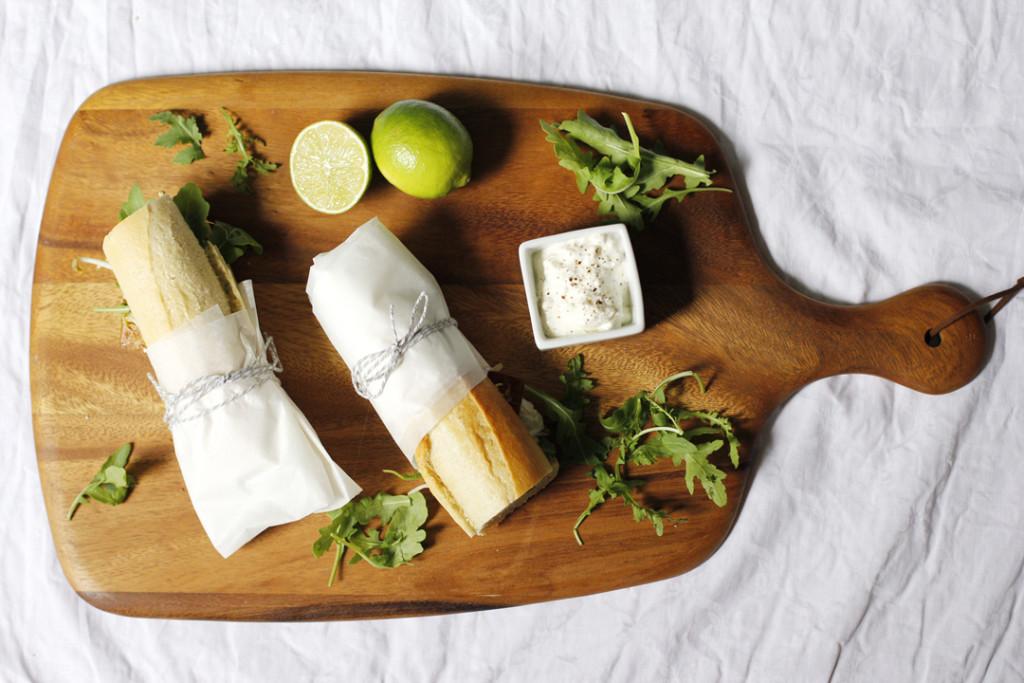 Vegetarsiches Tofu Sandwich mit Feta und Mungbohnensprossen