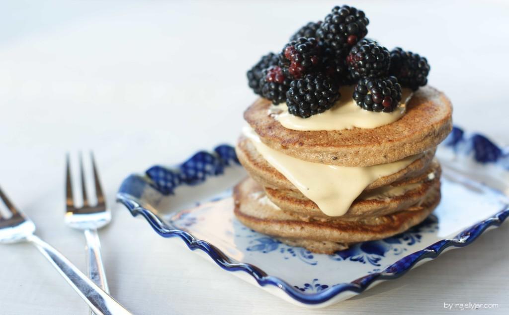Kastanien Pancakes mit Cashewcreme und Brombeeren
