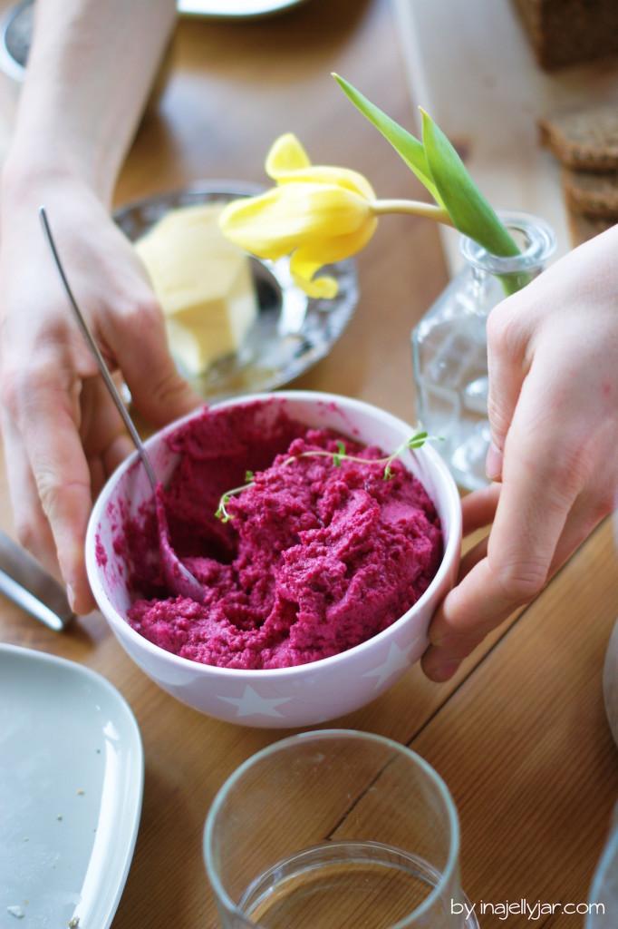 Zugreifen beim Rote Bete Hummus