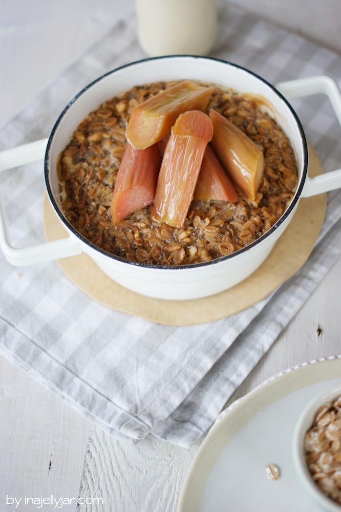 Gebackenes Porridge mit Rhabarber