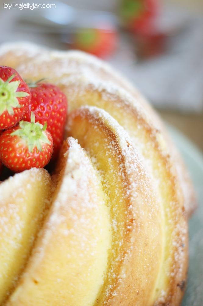 Mascarpone Guglhupf mit Erdbeeren