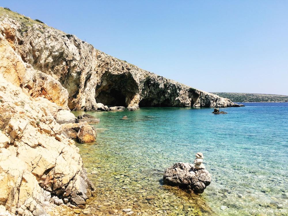 Kroatischer Strand von Orlec mit Höhle