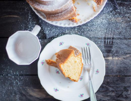 Karamellpudding-Guglhupf für den Kuchenteller