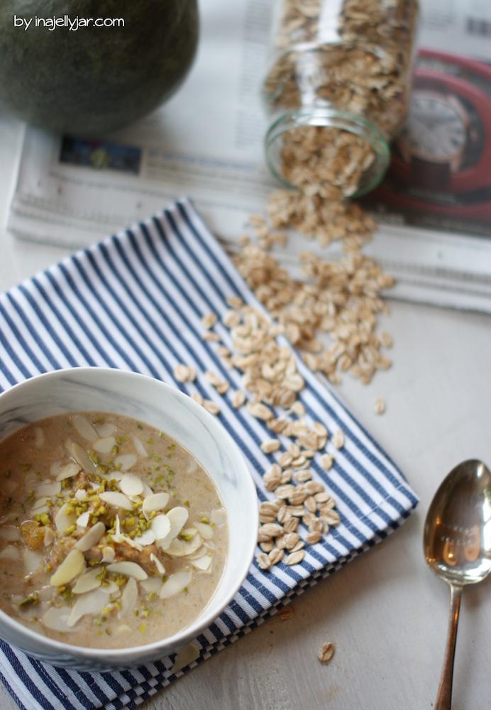Kürbis Porridge mit jeder Menge Gewürzen und Nüssen