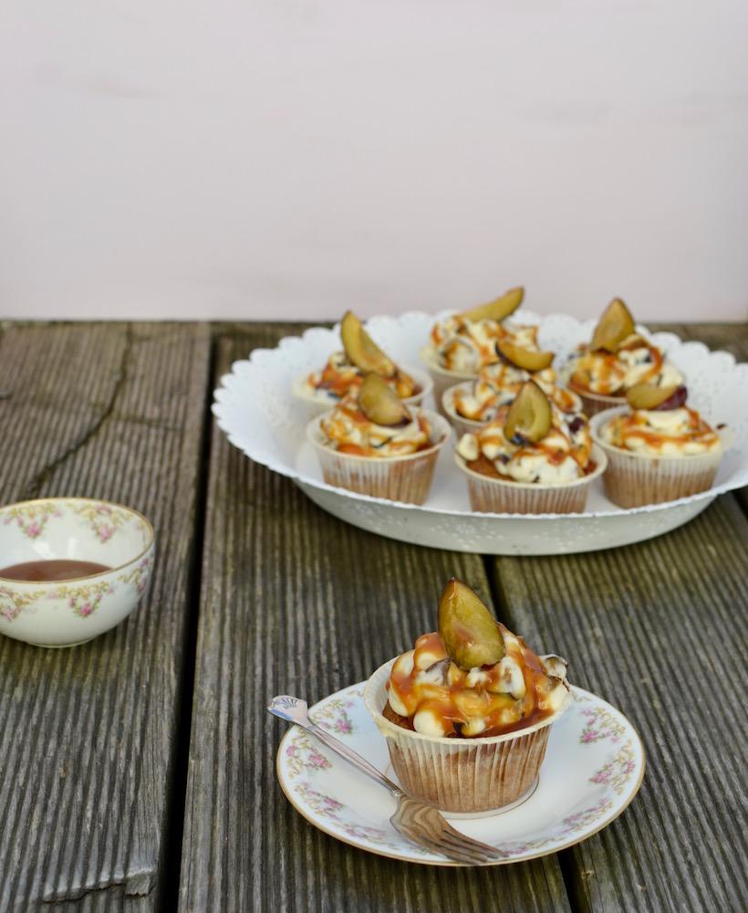 Feine Cupcakes mit Cremetopping und Karamell