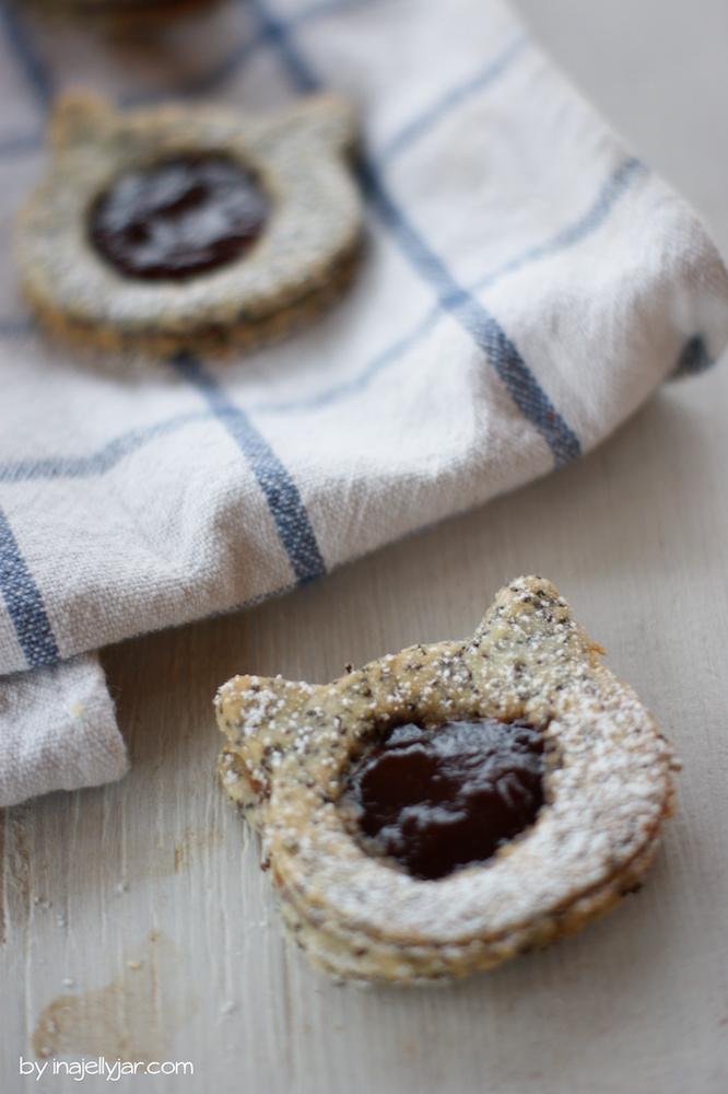 Knusprige Linzer Augen mit Mohn und Kriecherl-Marmelade