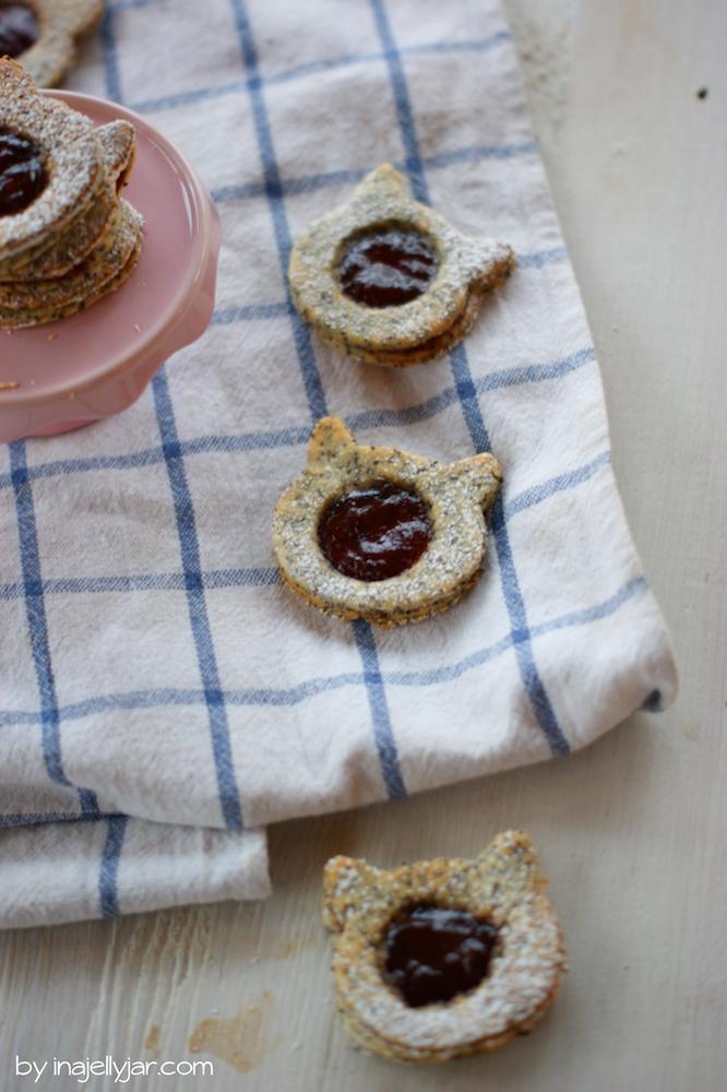 Klassische Weihnachtskekse: Linzer Augen mit Mohn und Kriecherl-Marmelade