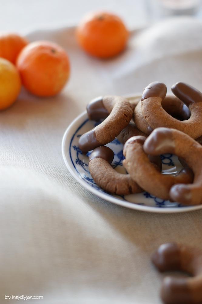 einfache Weihnachtskekse: Nougatkipferl mit Schokolade