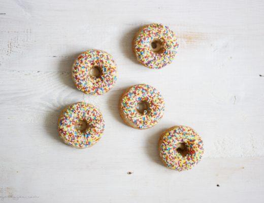 Haferdonuts mit Sprinkles auf der Ahornsirup-Glasur