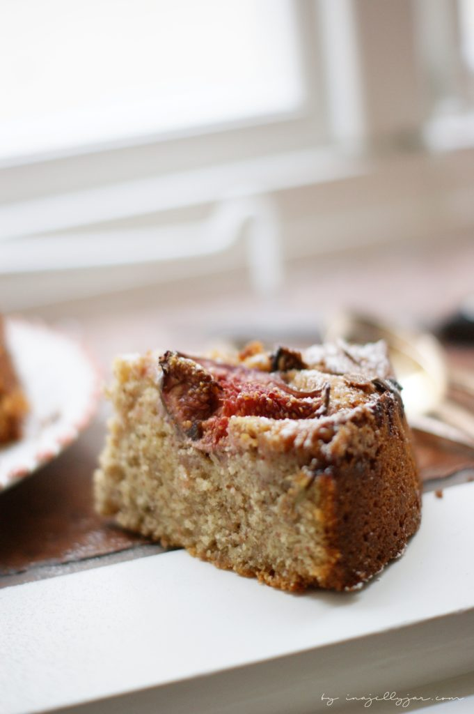 Feigenkuchen mit frischen Früchten und Nüssen