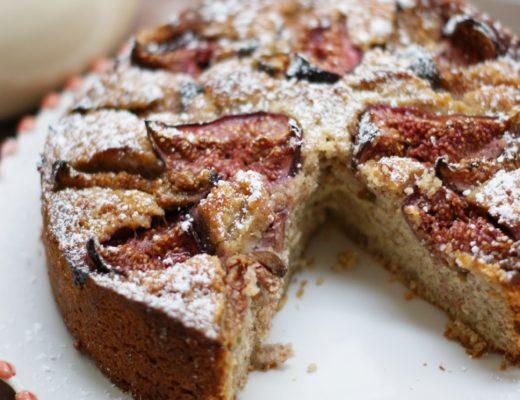 Frischer Feigenkuchen mit gemahlenen Mandeln
