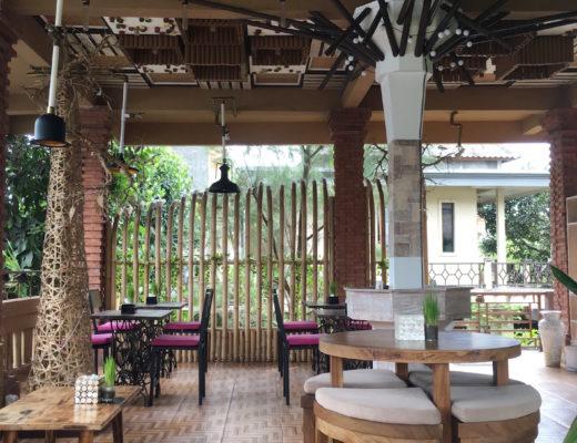 Gemütliche Einrichtung im Ojas Prana Café in Ubud