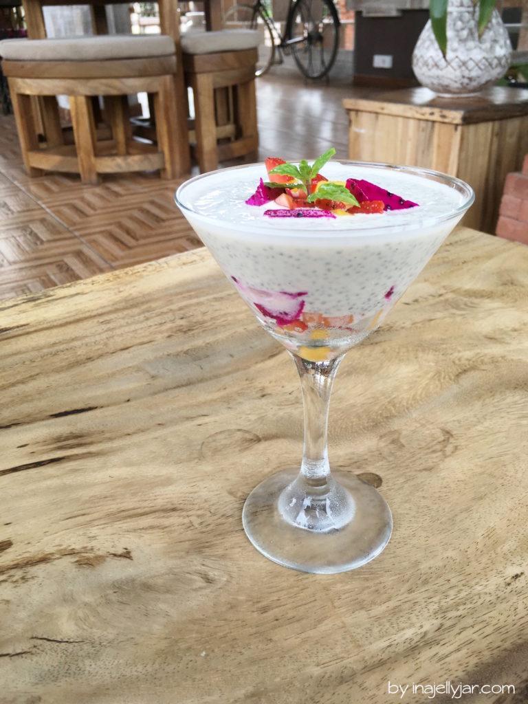 Gesunder Chiapudding mit Früchten im Ojas Prana Café in Ubud