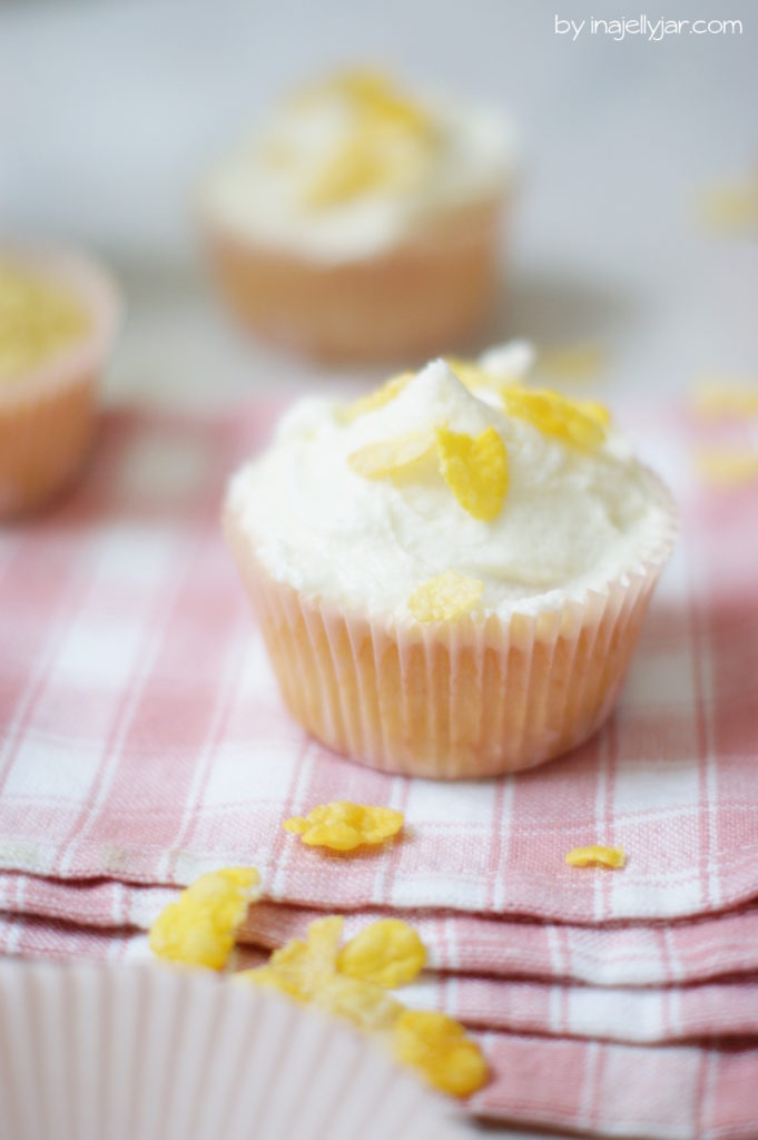 Cornflakesmilch-Cupcakes mit cremigem Topping