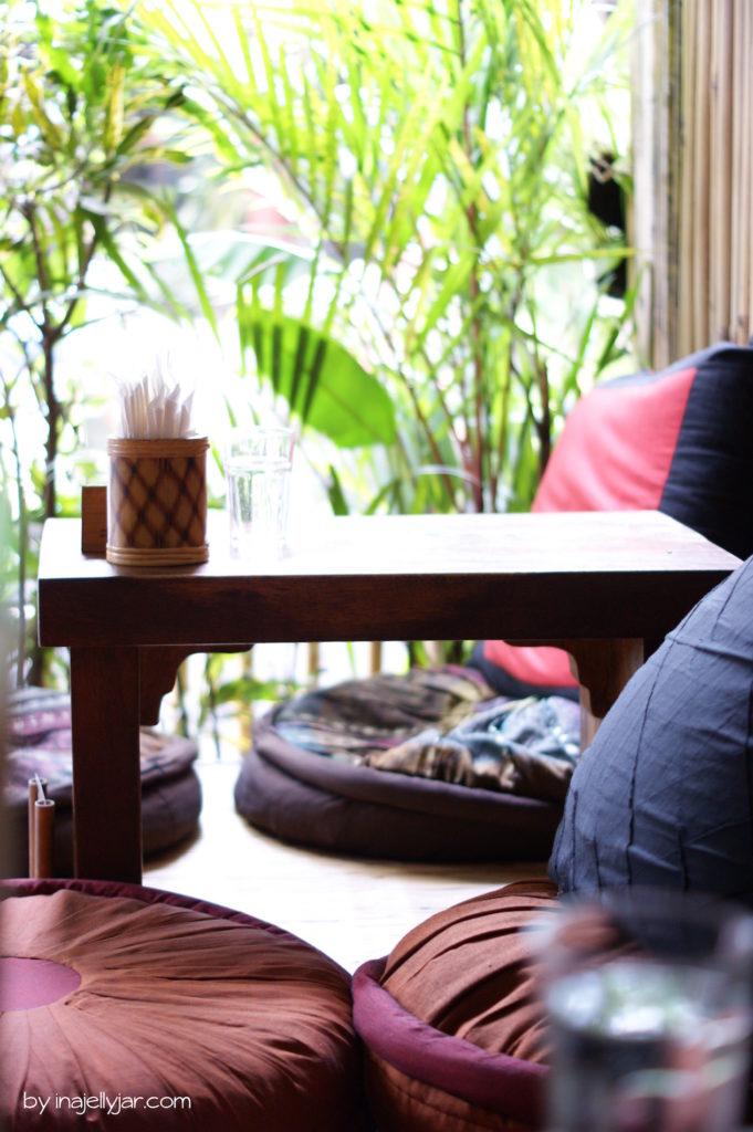 Gemütliche Sitzecke im Seeds of Life Café, Ubud Bali