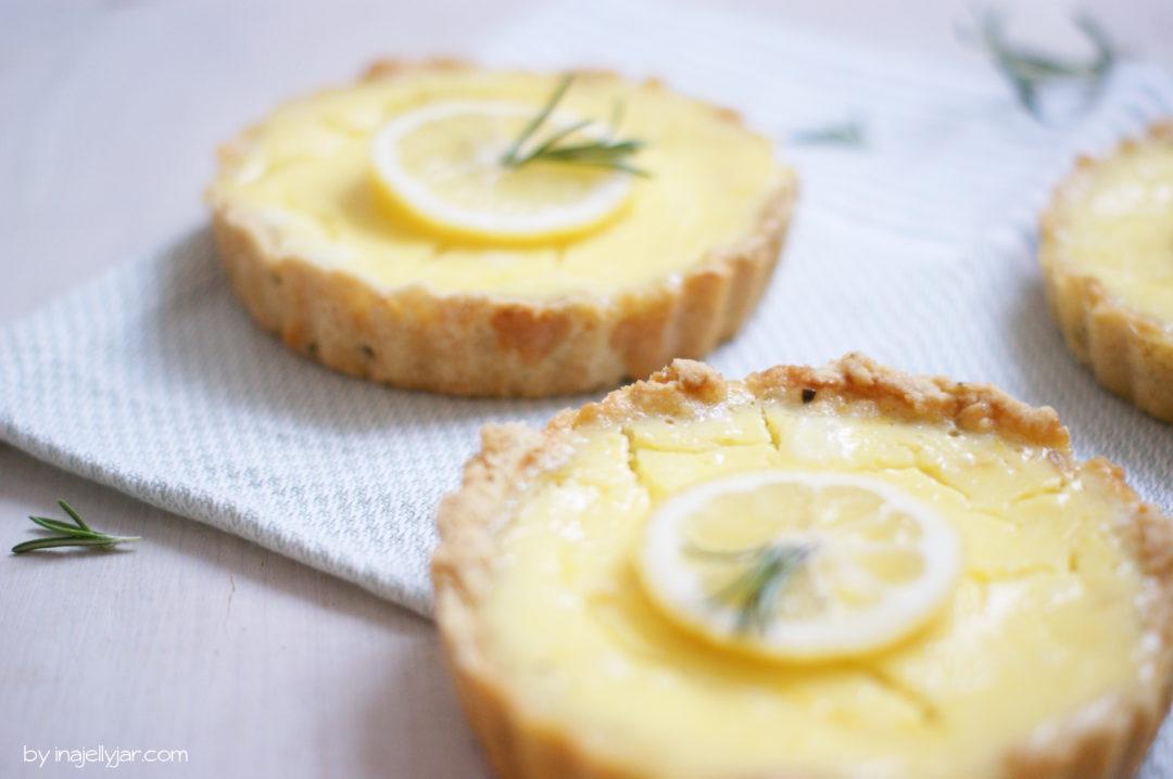 Kleine Zitronentartelettes mit Rosmarin im Shortbreadboden